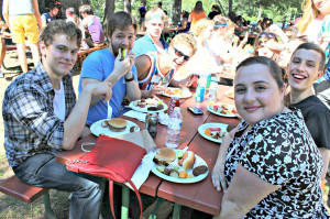 Theater and dance students enjoy their orientation picnic.  Photo by Marielle Schuchardt.